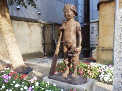 軟式野球発祥の記念像(旧成徳中学校)